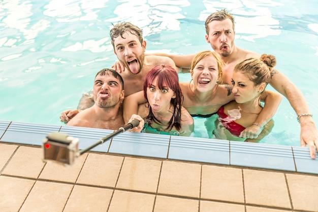 Друзья, принимая селфи в бассейне