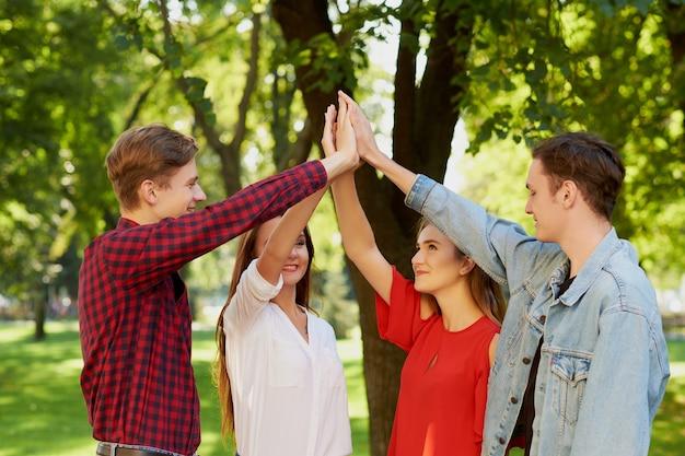 Работа в команде друзей. руки вместе. дружба навсегда, единение, молодежная команда