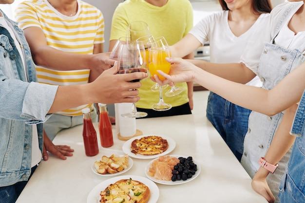 友達のパーティーで乾杯