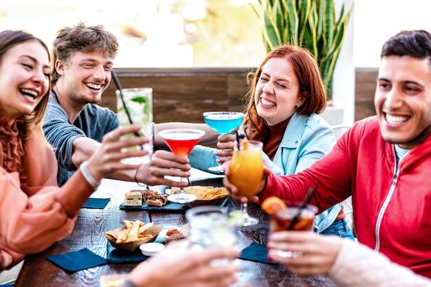패션 칵테일 바 레스토랑에서 여러 가지 빛깔의 음료를 홀 짝 친구