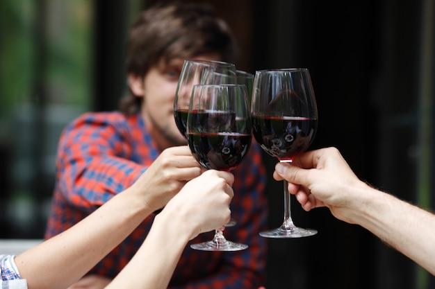 Друзья тосты с вином за ужином