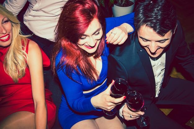 友達とワインを飲みながら