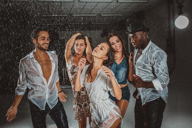 雨の中の友達