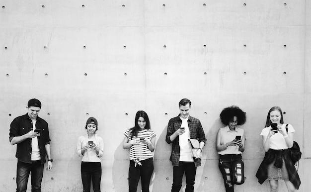 Amici che utilizzano gli smartphone insieme e agghiaccianti
