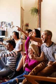 テレビでゲーム番組を見ている友達