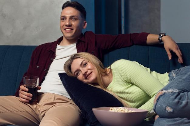 Amici che guardano il servizio di streaming insieme in soggiorno