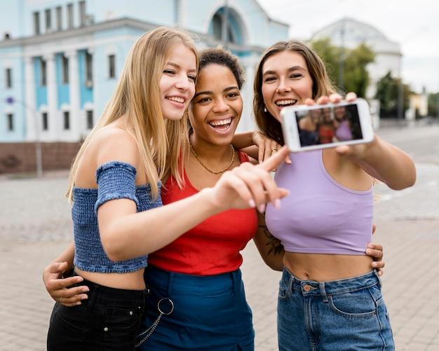 Amici che indossano abiti casual che prendono un selfie