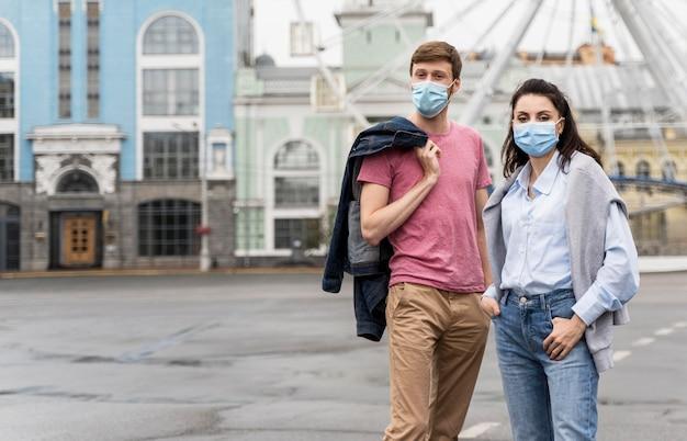 Amici che indossano maschere per il viso con copia spazio