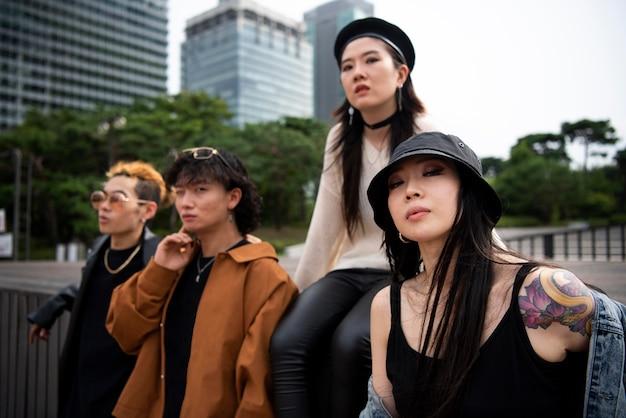 K-popの美学の服を着ている友達