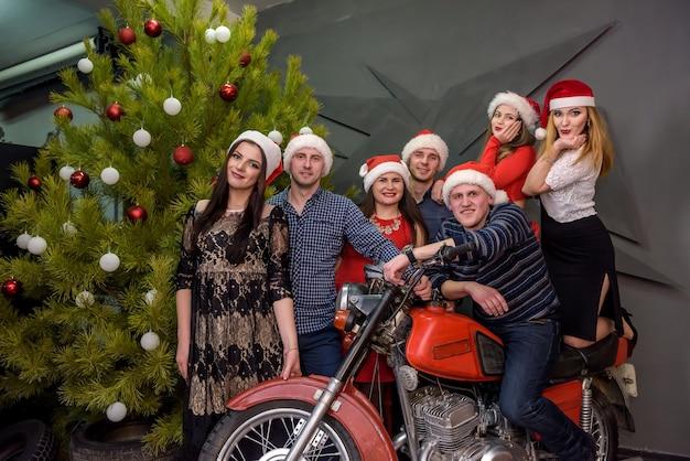 크리스마스 트리와 오토바이 스튜디오에서 포즈와 친구