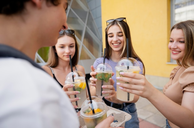 Amici con bevande deliziose da vicino