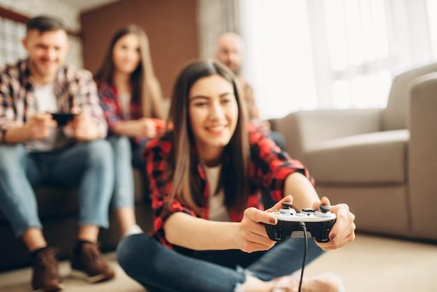 Друзья с джойстиками играют дома на телевизионной консоли