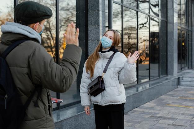 マスクを振っている友達