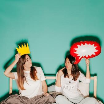 Amici con corona di carta e fumetto