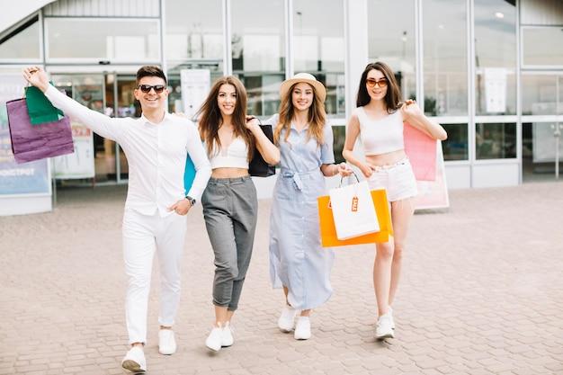 Amici con borse per la spesa