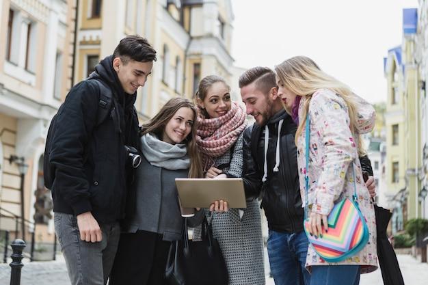 Друзья с планшетом на городской улице Бесплатные Фотографии