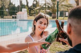 Дружба и летняя концепция с друзьями