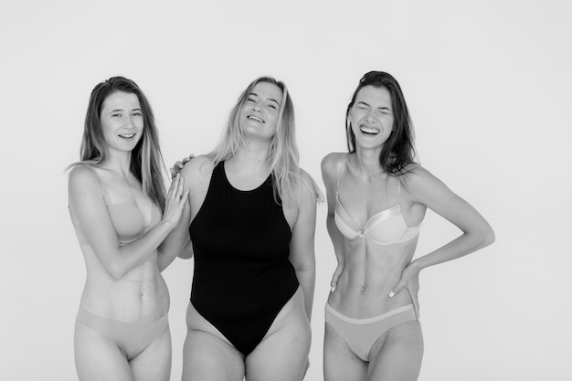 友情美体ポジティブと灰色の背景の上に下着で異なる幸せな女性の人々の概念グループ高品質の写真