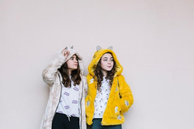 Concetto di amicizia con due ragazze in posa
