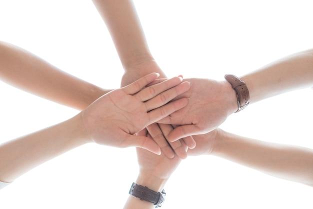 Концепция дня дружбы. руки ударяют и объединяются на белом фоне
