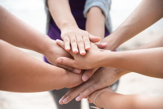 Концепция дня дружбы. руки попадают и объединяются на белом фоне.