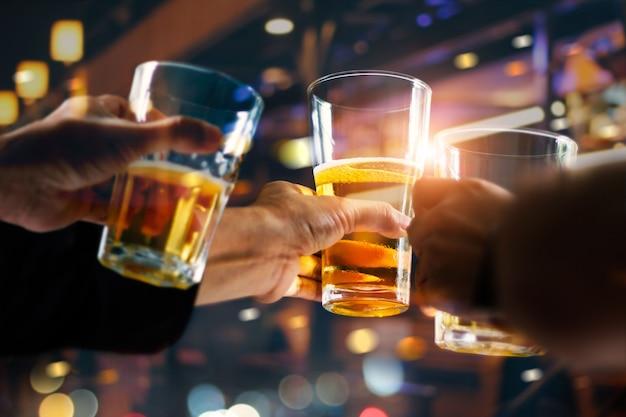 Дружба группы счастливые друзья пьют и вместе в баре-ресторане весело