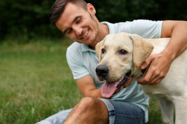 人と犬の友情。彼の友人と幸せな男の肖像