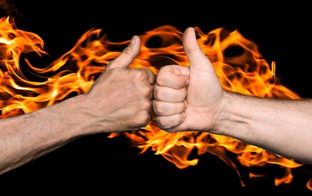 友情は火の概念で封印されました。火の炎に親指で拳をぶつける二人の男