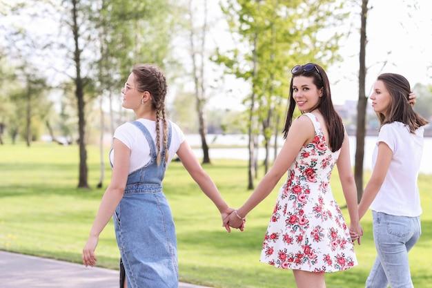 友情。日中の公園の女性