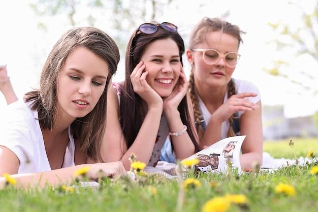 Дружба. женщины в парке в течение дня