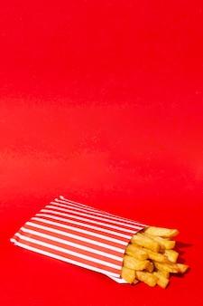 赤の背景にフライドポテト