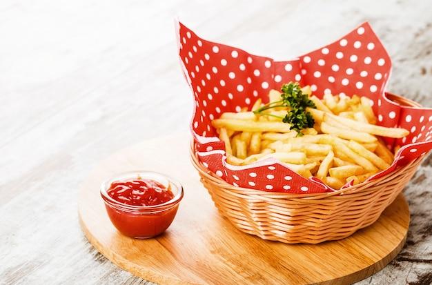 Картофель на деревянном столе