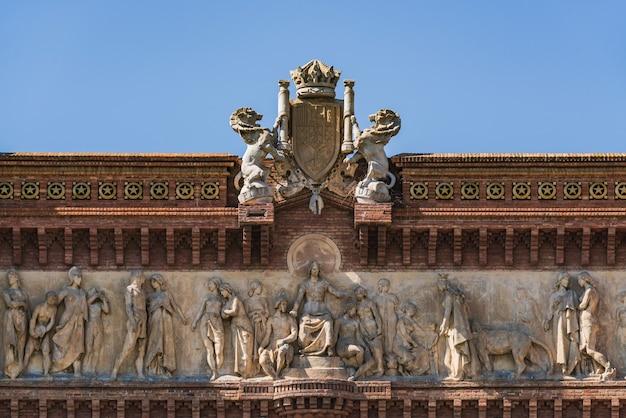 Фриз и герб триумфальной арки барселоны