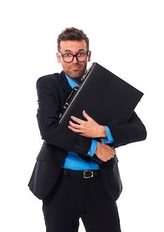 Испуганный мужчина, крепко сжимающий свой портфель