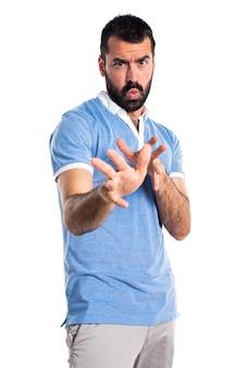 Uomo spaventato con camicia blu
