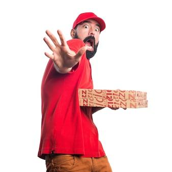 Spaventato uomo di consegna pizza