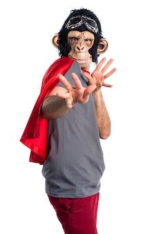 Scimmia spaventata supereroe uomo