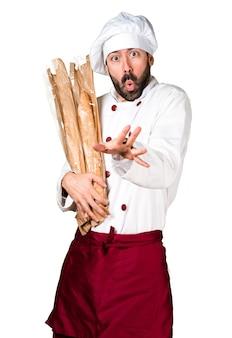 若干のパンを握っている怖がった若いパン屋
