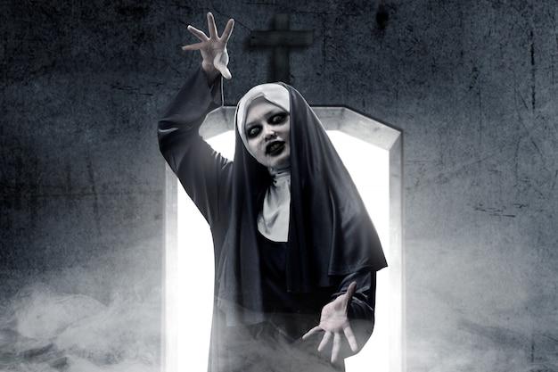 Страшная дьявольская монахиня преследовала темную комнату