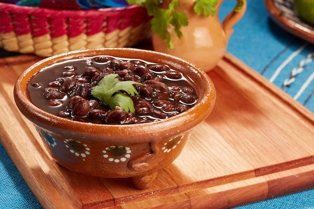 Frijoles negros mexicanos servidos en plato de de barro comida mexicana