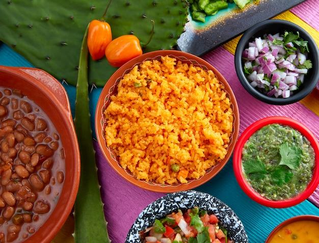 チリとfrijolesとメキシコの黄色いご飯