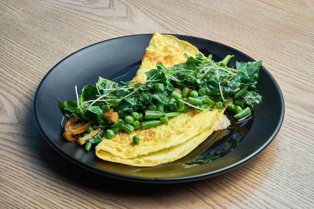 Фриттата с грибным соусом песто, рукколой и горохом. вкусный и полезный обед. омлет