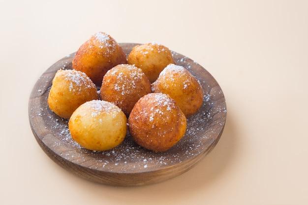 異なる国で典型的な砂糖入りフリッター