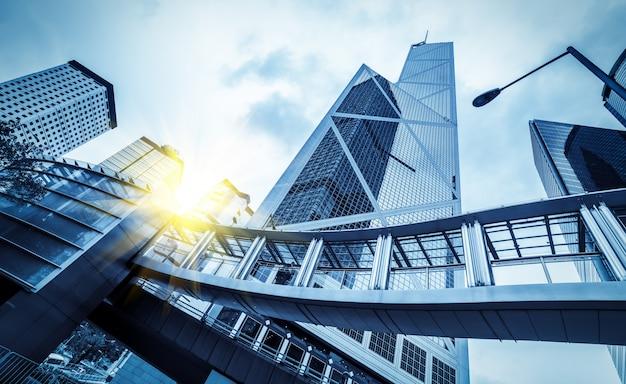 С низкого угла небоскреба в современных китайских городах