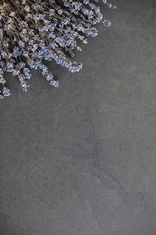 블랙에 파란색 신선한 꽃의 꽃다발 위에서