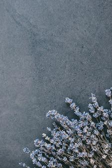 上から黒に青い生花の花束