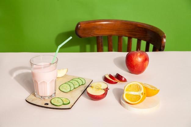 스튜디오에서 건강한 아침 식사를 위해 테이블 위에 놓인 신선한 스무디와 과일