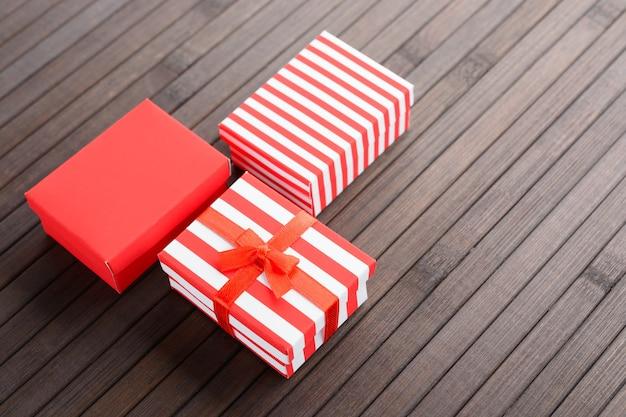 나무 테이블에 크리스마스에 대 한 빨간색 다채로운 선물 상자 위에서.