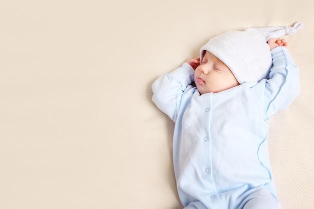 自宅の柔らかいベッドで寝ている素敵な赤ちゃんの上のショットから、クローズアップ