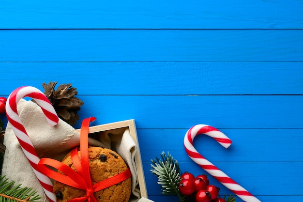 사탕 지팡이와 크리스마스 장식 배열에서 초콜릿 쿠키 상자의 위에서보기.